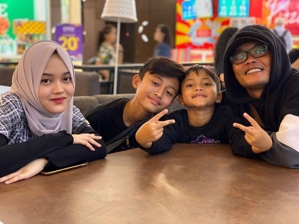 Gaya Keren Rizwan Fadilah Saat Makan di Resto bareng Keluarga