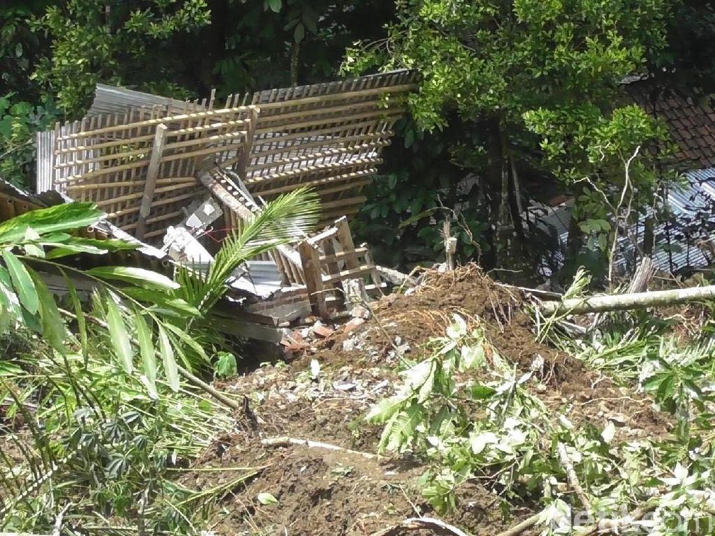 Rumah Warga di Banjarnegara Tertimbun Longsor, 12 Warga Mengungsi