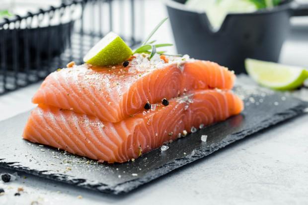Salmon, tuna, dan sarden adalah sumber protein dan vitamin D. Oleh sebab itu, jenis-jenis ikan ini mampu memperbaiki jaringan tubuh dan mencegah erosi tulang.