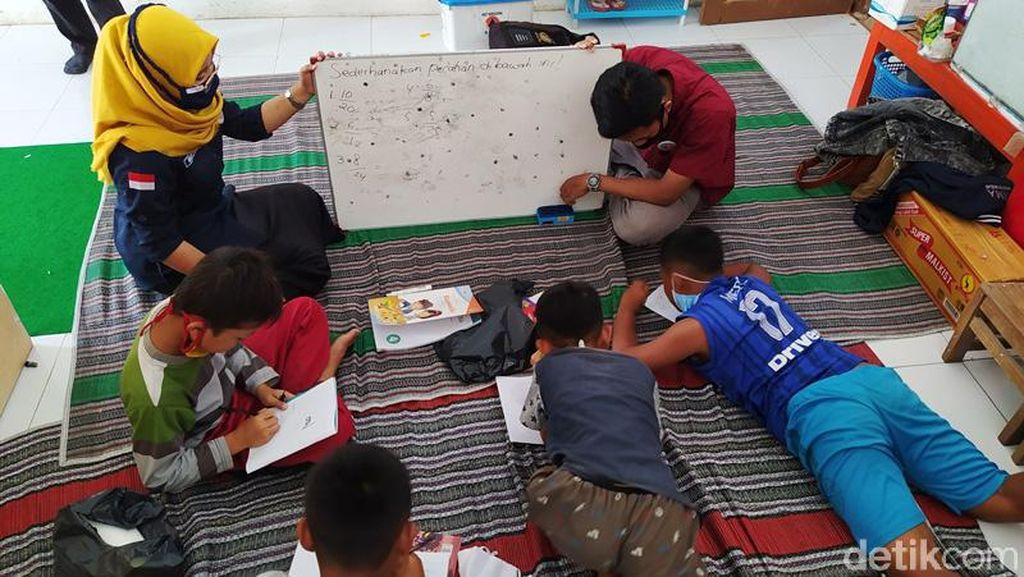 Semangat Anak-anak Belajar di Sekolah Darurat Pengungsian Merapi