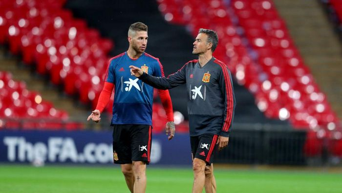 LONDON, ENGLAND - SEPTEMBER 07:  Sergio Ramos of Spain speaks to Luis Enrique, Manager of Spain during the Spain Training Session at Wembley Arena on September 7, 2018 in London, England.  (Photo by Catherine Ivill/Getty Images)