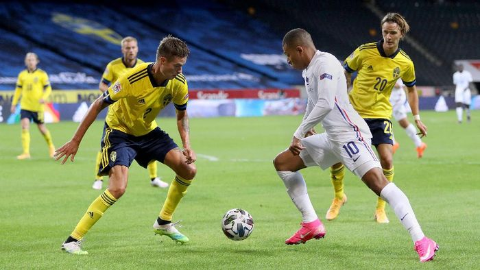 STOCKHOLM, SWEDEN - SEPTEMBER 05: Kylian Mbappe of France is challenged by Mikael Lustig of Sweden during the UEFA Nations League group stage match between Sweden and France at Friends Arena on September 05, 2020 in Stockholm, Sweden. (Photo by Linnea Rheborg/Getty Images)