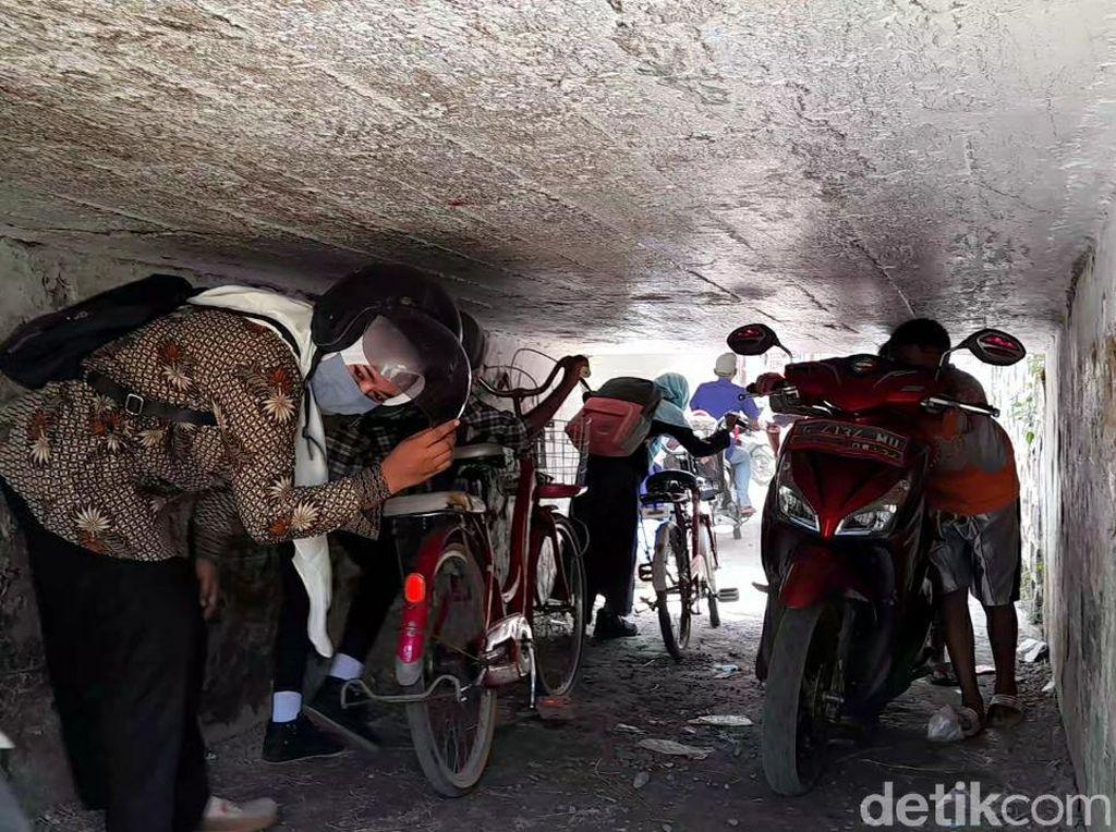 Harus Nunduk atau Rebahan, Banyak Pemotor Sulit Lewat Terowongan Aneh Brebes