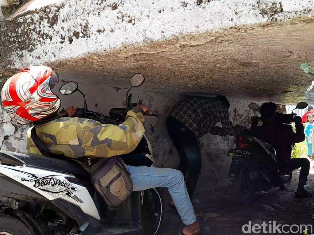 Viral Terowongan Aneh di Brebes, Pemotor Harus Nunduk Atau Rebahan!