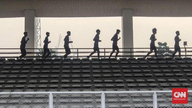 Timnas Indonesia U-19 menjalani latihan fisik di Stadion Madya, Senayan, Selasa (17/11).