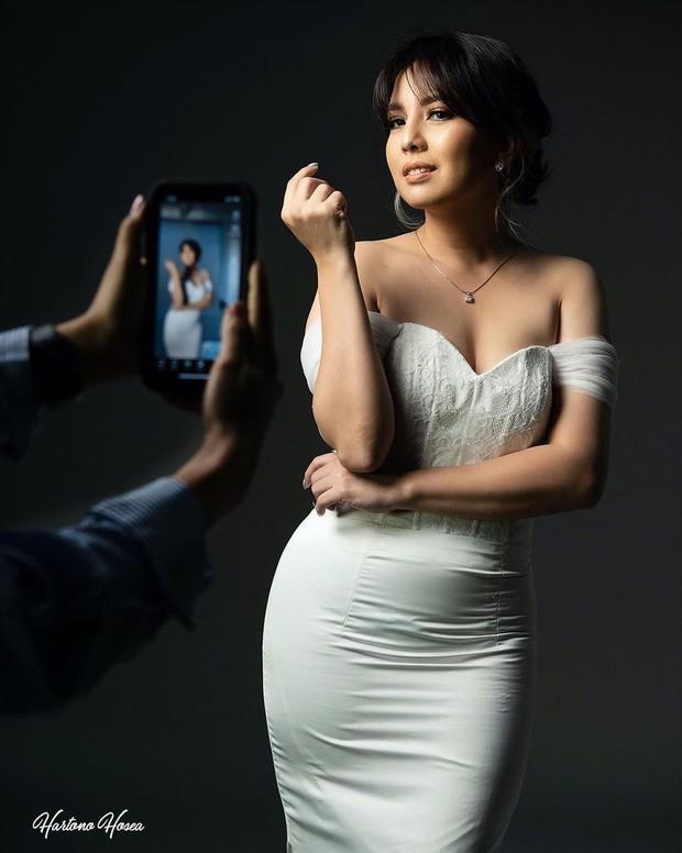 Tya Ariestya terlihat bak model sungguhan dalam sebuah pemotretan/instagram.com/tya_ariestya