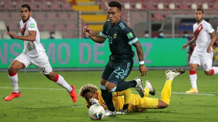 LIMA, PERU - NOVEMBER 17: Lautaro Martínez of Argentina scores the second goal of his team during a match between Peru and Argentina as part of South American Qualifiers for World Cup FIFA Qatar 2022 at Estadio Nacional de Lima on November 17, 2020 in Lima, Peru. (Photo by Sebastian Castaneda-Pool/Getty Images)