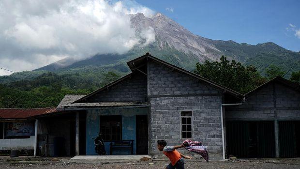 Seorang anak bermain dengan latar belakang Gunung Merapi di kawasan Kinahrejo, Cangkringan, Sleman, D.I Yogyakarta, Rabu (18/11/2020). Berdasarkan data pengamatan Balai Penyelidikan dan Pengembangan Teknologi Kebencanaan Geologi (BPPTKG) Yogyakarta pada Rabu (18/11) pukul 06.00 WIB - 12.00 WIB Gunung Merapi mengalami 16 kali guguran serta 7 kali gempa vulkanik dangkal. ANTARA FOTO/Andreas Fitri Atmoko/aww.