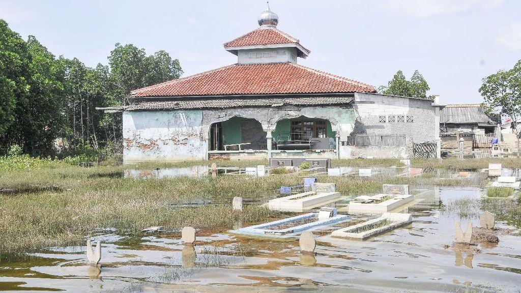 Duh! Area Pemakaman di Bekasi Ini juga Terendam Banjir Rob