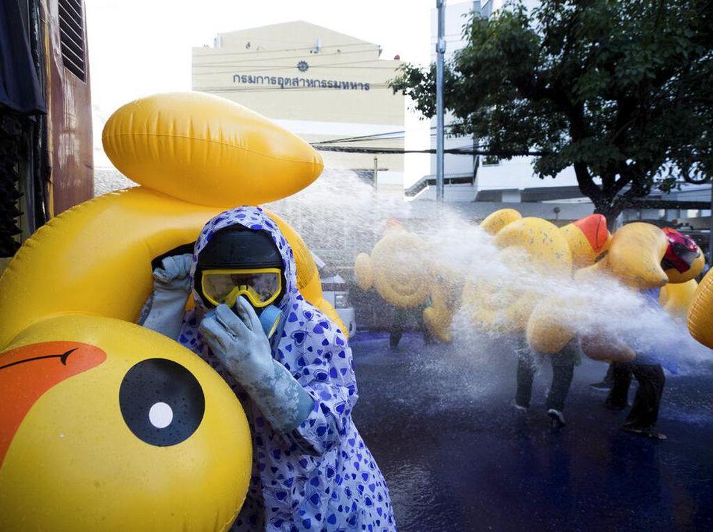 Bebek Karet Jadi Tameng Pendemo di Thailand