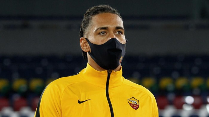ROME, ITALY - NOVEMBER 01:  Chris Smalling of AS Roma wears the mask during the Serie A match between AS Roma and ACF Fiorentina at Stadio Olimpico on November 1, 2020 in Rome, Italy.  (Photo by Paolo Bruno/Getty Images)