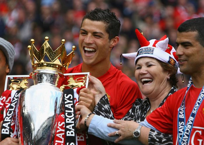 MANCHESTER, ENGLAND - MAY 16:  Cristiano Ronaldo of Manchester United celebrates winning the Barclays Premier League trophy with his mother, Dolores Aveiro after the Barclays Premier League match between Manchester United and Arsenal at Old Trafford on May 16, 2009 in Manchester, England.  (Photo by Alex Livesey/Getty Images)