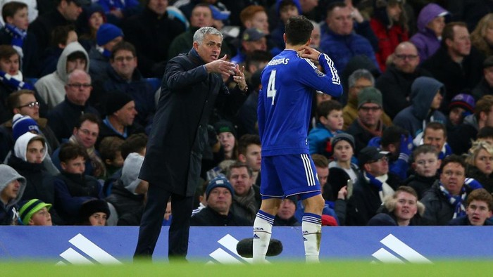 LONDON, ENGLAND - NOVEMBER 21:  Jose Mourinho (L) Manager of Chelsea instructs to Cesc Fabregas (R) during the Barclays Premier League match between Chelsea and Norwich City at Stamford Bridge on November 21, 2015 in London, England.  (Photo by Paul Gilham/Getty Images)