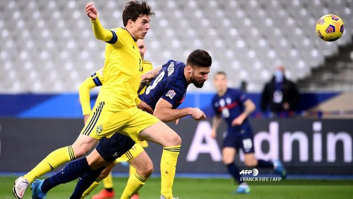 Frances forward Olivier Giroud (C) scores a goal during the UEFA Nations League A group 3 football match between France and Sweden at the Stade de France in Saint-Denis, north of Paris, on November 17, 2020. (Photo by FRANCK FIFE / AFP)