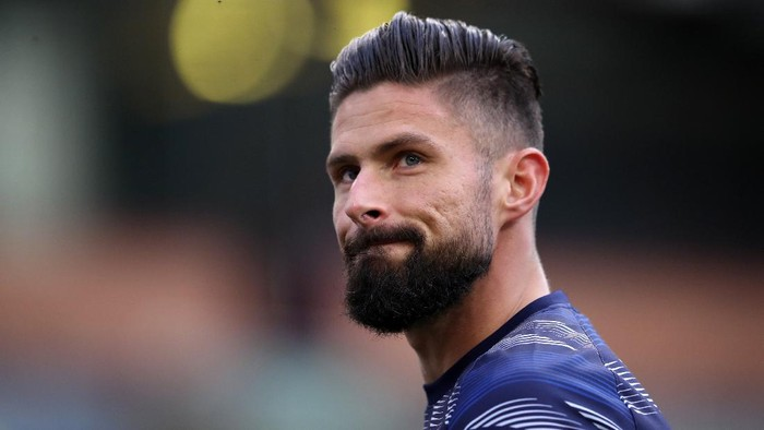 BURNLEY, ENGLAND - OCTOBER 31: Olivier Giroud of Chelsea looks on prior to the Premier League match between Burnley and Chelsea at Turf Moor on October 31, 2020 in Burnley, England. Sporting stadiums around the UK remain under strict restrictions due to the Coronavirus Pandemic as Government social distancing laws prohibit fans inside venues resulting in games being played behind closed doors. (Photo by Alex Pantling/Getty Images)