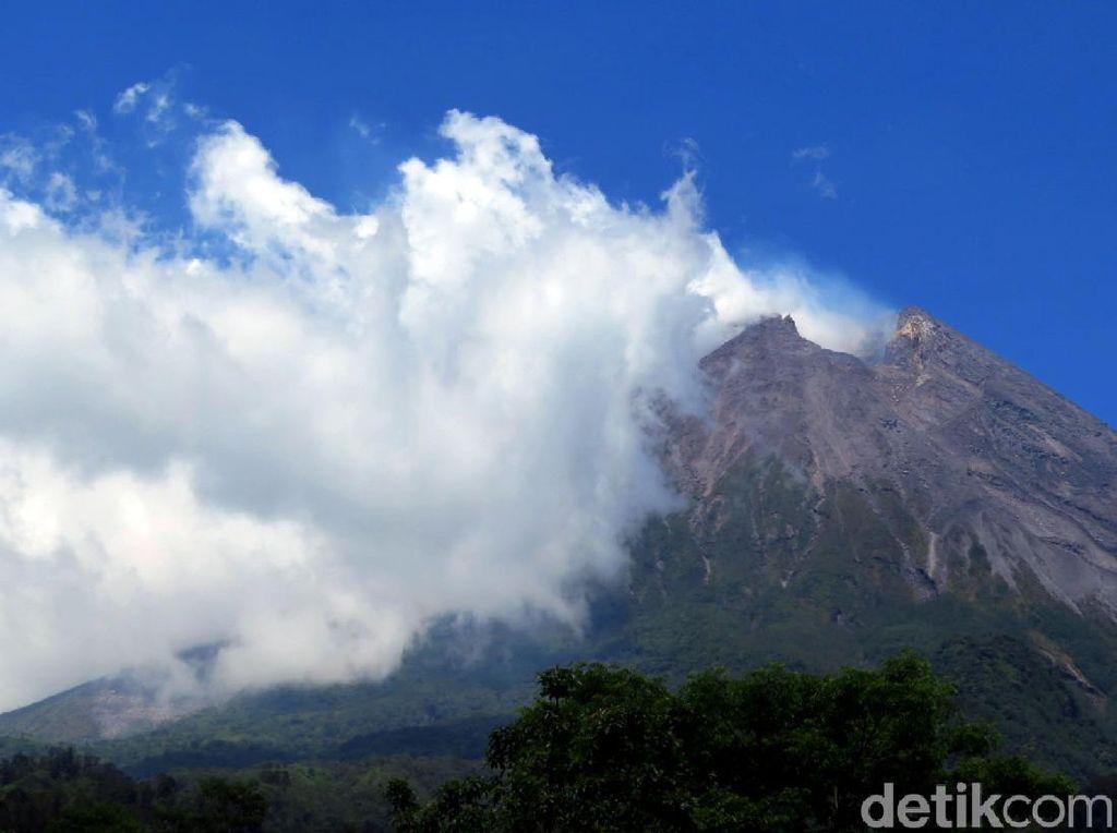 Gunung Merapi Keluarkan Asap Tebal Setinggi 250 Meter Pagi Ini