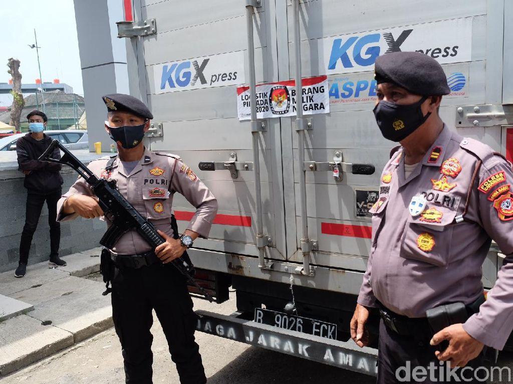 Polisi Bersenjata Kawal 1,6 Juta Surat Suara yang Tiba di Karawang