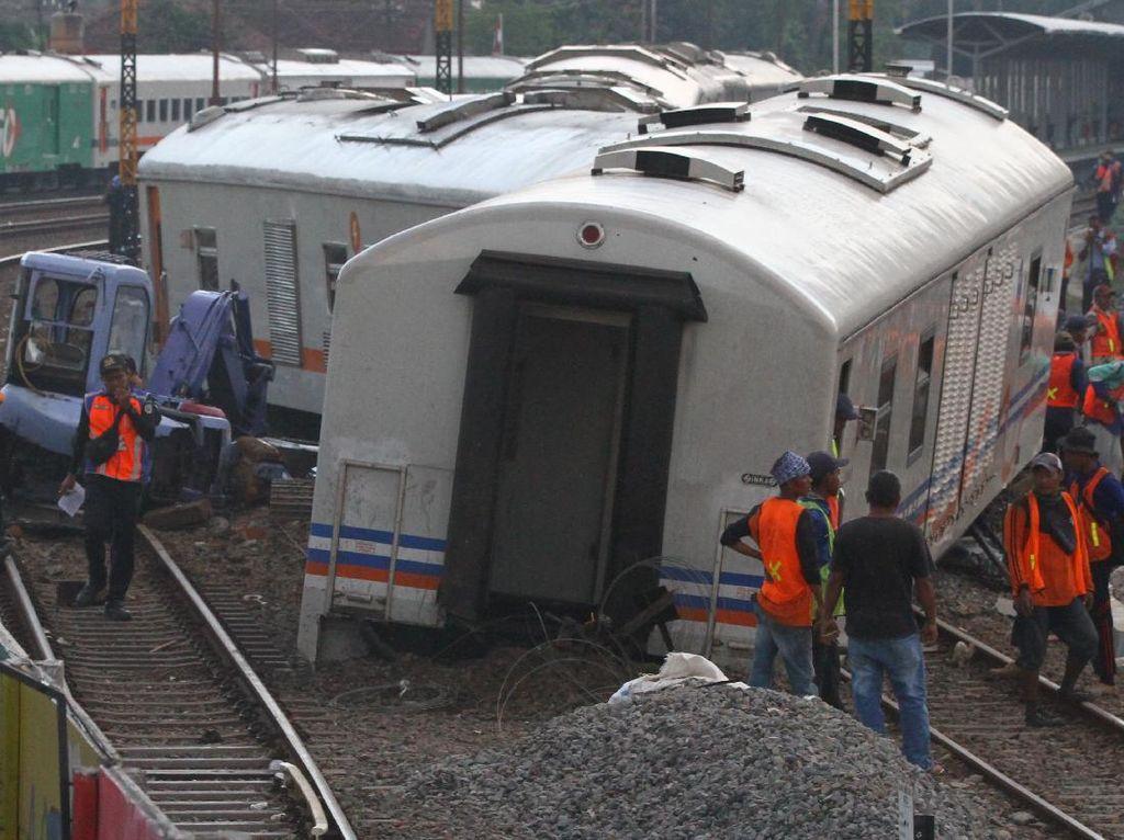 Potret Evakuasi Gerbong Kereta Api yang Meluncur Sendiri di Malang