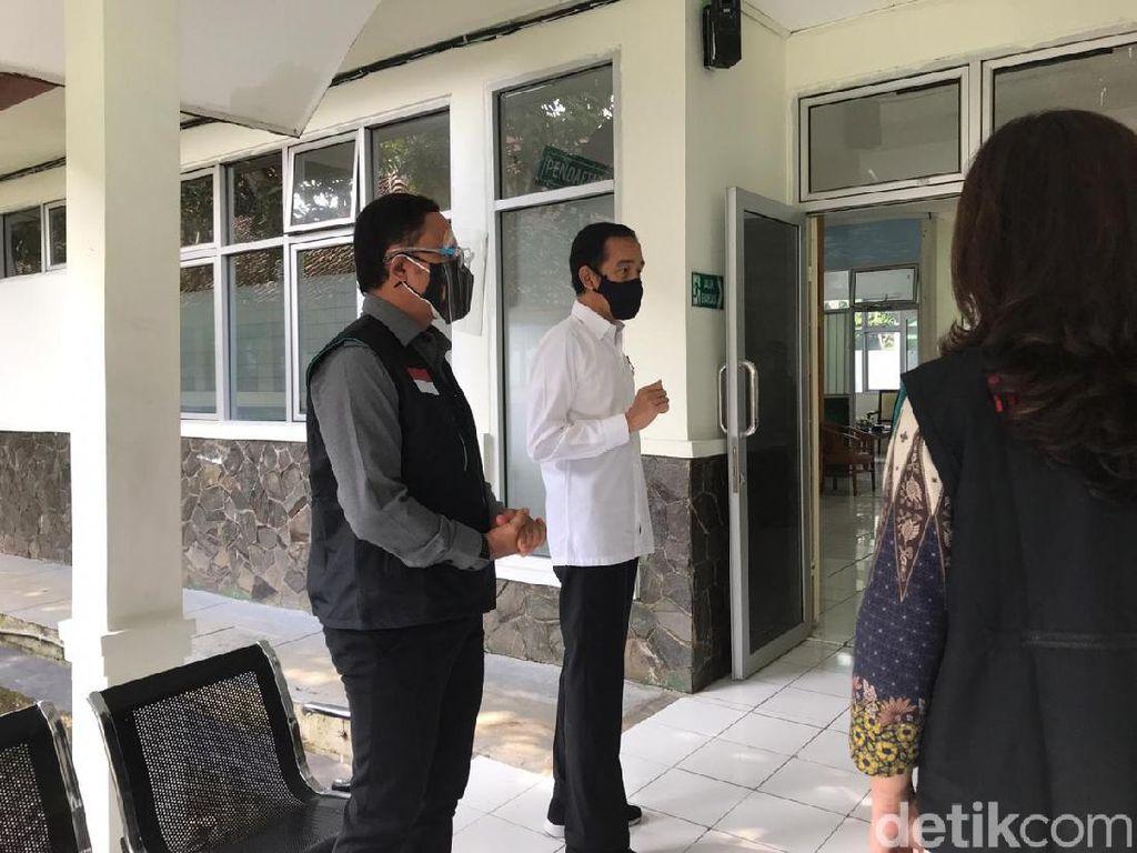 Jokowi Soroti Petugas Tanpa Sarung Tangan Saat Simulasi Vaksinasi di Bogor