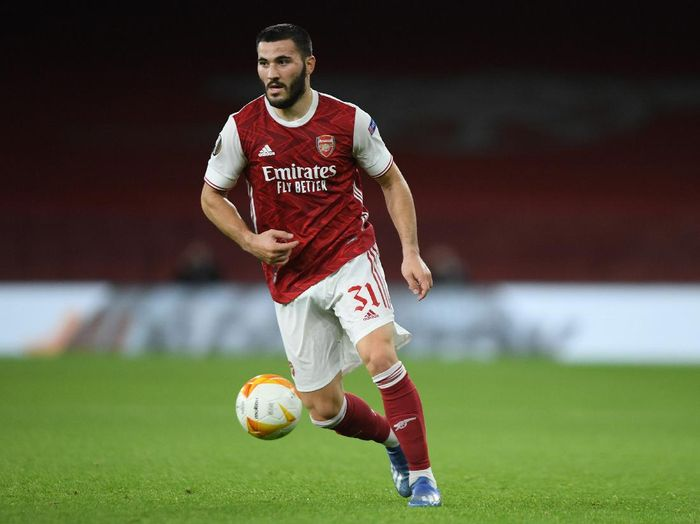 LONDON, ENGLAND - OCTOBER 29: Sead Kolasinac of Arsenal in action during the UEFA Europa League Group B stage match between Arsenal FC and Dundalk FC at Emirates Stadium on October 29, 2020 in London, England. Sporting stadiums around the UK remain under strict restrictions due to the Coronavirus Pandemic as Government social distancing laws prohibit fans inside venues resulting in games being played behind closed doors. (Photo by Mike Hewitt/Getty Images)