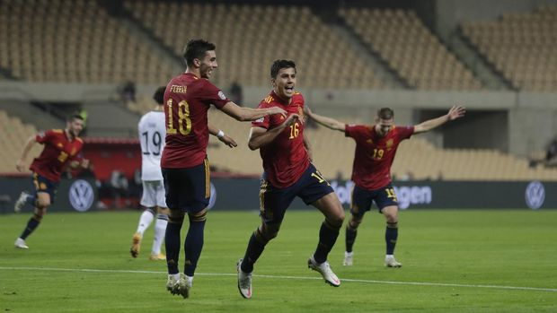 Spain's Ferran Tores, center, runs to celebrate with teammates after scoring against Germany during the UEFA Nations League soccer match between Spain and Germany in Seville, Spain, Tuesday, Nov. 17, 2020. (AP Photo/Miguel Morenatti)