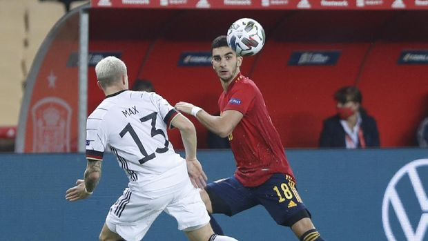 Germany's Phillip Max, left, tries to stop Spain's Ferran Torres, right, during the UEFA Nations League soccer match between Spain and Germany in Seville, Spain, Tuesday, Nov. 17, 2020. (AP Photo/Miguel Morenatti)