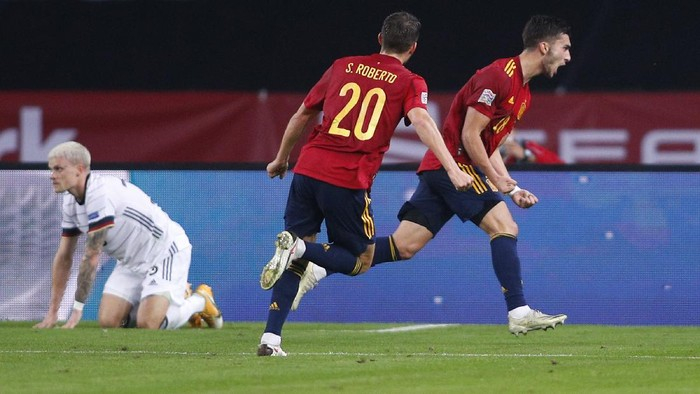 SEVILLE, SPAIN - NOVEMBER 17: Ferran Torres of Spain celebrates his teams second goal with teammate Sergi Roberto during the UEFA Nations League group stage match between Spain and Germany at Estadio de La Cartuja on November 17, 2020 in Seville, Spain. (Photo by Fran Santiago/Getty Images)