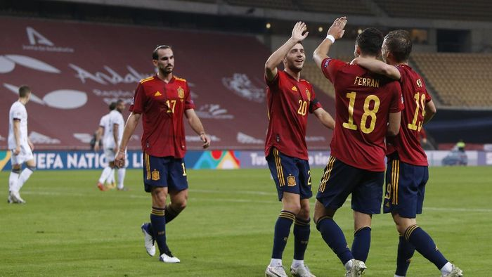 SEVILLE, SPAIN - NOVEMBER 17: Ferran Torres #18 of Spain celebrates his teams fifth goal with teammates during the UEFA Nations League group stage match between Spain and Germany at Estadio de La Cartuja on November 17, 2020 in Seville, Spain. (Photo by Fran Santiago/Getty Images)