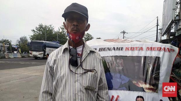 Warga Medan, Hasrizal mengaku ingin memilih Bobby Nasution di pilkada karena pernah diberik kaos dan stiker.