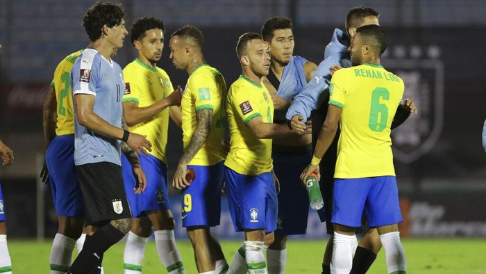 Players of Brazil celebrate at the end of a qualifying soccer match for the FIFA World Cup Qatar 2022 against Uruguay at the Centenario stadium In Montevideo, Uruguay, Tuesday, Nov. 17, 2020. Brazil won 2-0. (Raul Martinez/Pool via AP)