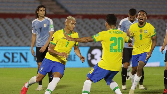 MONTEVIDEO, URUGUAY - NOVEMBER 17: Richarlison of Brazil celebrates with teammates after scoring the second goal of their team during a match between Uruguay and Brazil as part of South American Qualifiers for World Cup FIFA Qatar 2022 at Centenario Stadium on November 17, 2020 in Montevideo, Uruguay. (Photo by Raúl Martínez-Pool/Getty Images)