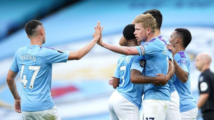 MANCHESTER, ENGLAND - JULY 02: Kevin De Bruyne of Manchester City celebrates with Raheem Sterling and Phil Foden after scoring his teams first goal during the Premier League match between Manchester City and Liverpool FC at Etihad Stadium on July 02, 2020 in Manchester, England. Football Stadiums around Europe remain empty due to the Coronavirus Pandemic as Government social distancing laws prohibit fans inside venues resulting in all fixtures being played behind closed doors. (Photo by Dave Thompson/Pool via Getty Images)
