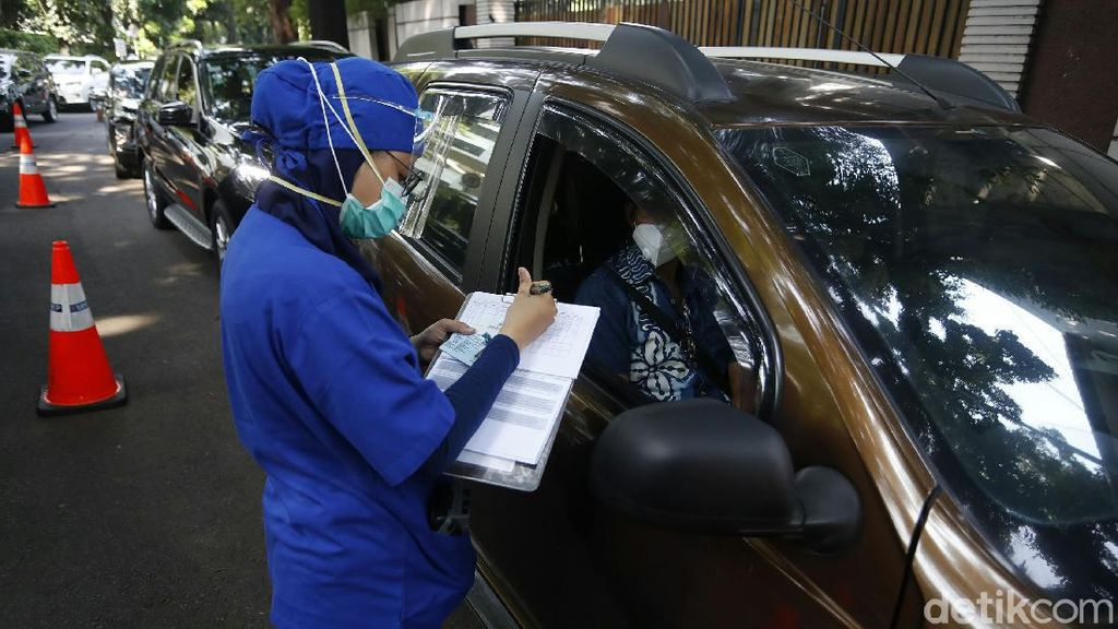 Potret Antrean Kendaraan Saat Rapid Test Drive Thru di RSPI