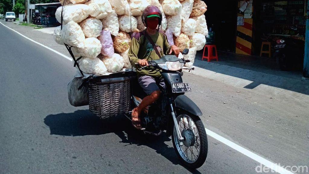 Bahaya, Motor Ini Angkut 43 Bal Kerupuk di Jalan Yogya-Solo