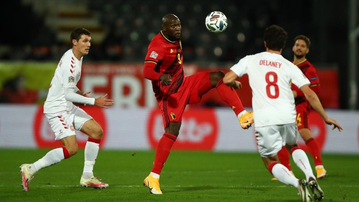 HEVERLEE, BELGIUM - NOVEMBER 18: Romelu Lukaku of Belgium controls the ball in front of Andreas Christensen and Thomas Delaney of Denmark during the UEFA Nations League group stage match between Belgium and Denmark at King Power at Den Dreef Stadion on November 18, 2020 in Heverlee, Belgium. Football Stadiums around Europe remain empty due to the Coronavirus Pandemic as Government social distancing laws prohibit fans inside venues resulting in fixtures being played behind closed doors. (Photo by Dean Mouhtaropoulos/Getty Images)