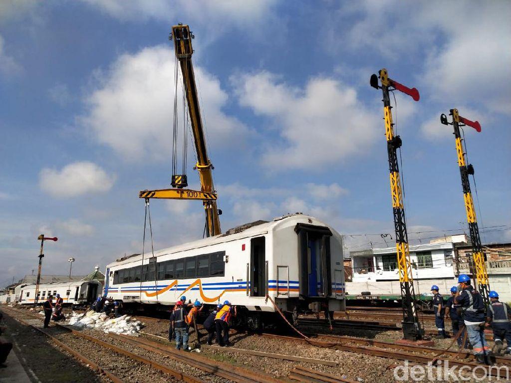 Crane Datang, 2 Gerbong Anjlok Kereta yang Meluncur Sendiri Berhasil Diangkat