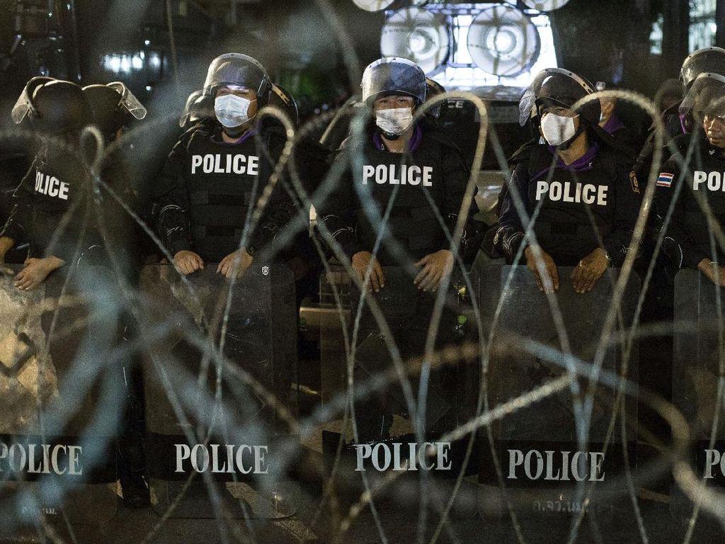Massa Unjuk Rasa di Kediaman PM Thailand, Polisi Tembak Gas Air Mata