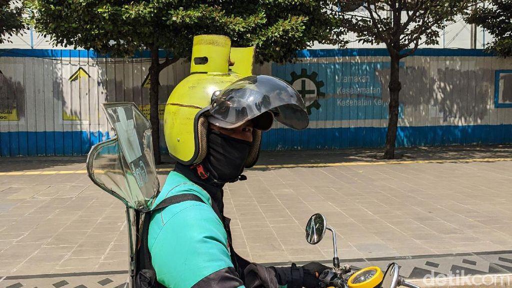 Gokil, Driver Ojol Ini Pakai Helm Gas Melon