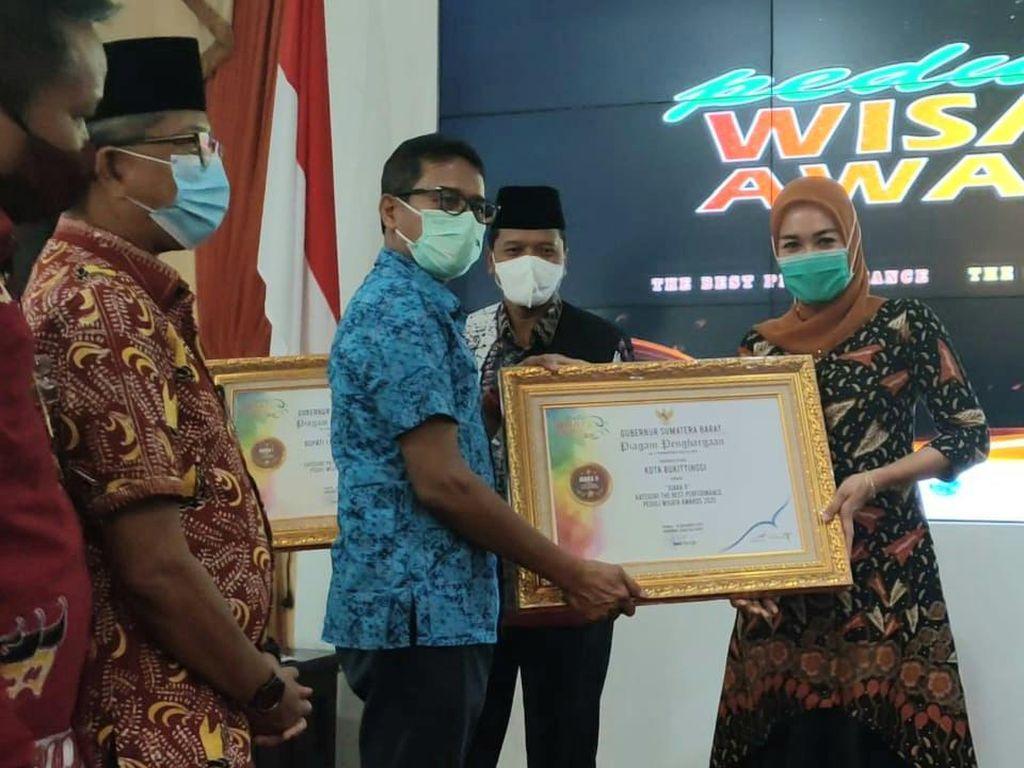 Gubernur Sumbar Serahkan Langsung Peduli Wisata Award-GIPI Award 2020