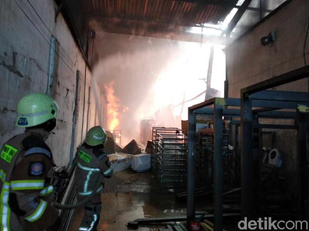 Terkena Percikan Las, Gudang Kasur dan Tembaga di Cimahi Terbakar