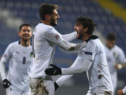 SARAJEVO, BOSNIA AND HERZEGOVINA - NOVEMBER 18:  Domenico Berardi of Italy celebrates with Manuel Locatelli after scoring the second goal during the UEFA Nations League group stage match between Bosnia-Herzegovina and Italy at Stadium Grbavica on November 18, 2020 in Sarajevo Bosnia and Herzegovina.  (Photo by Claudio Villa/Getty Images)