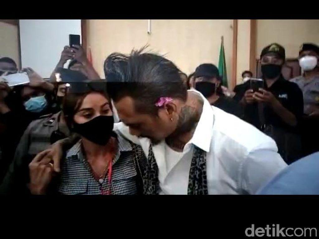 Pelukan Nora dan Diamnya Jerinx Usai Vonis 14 Bulan Penjara
