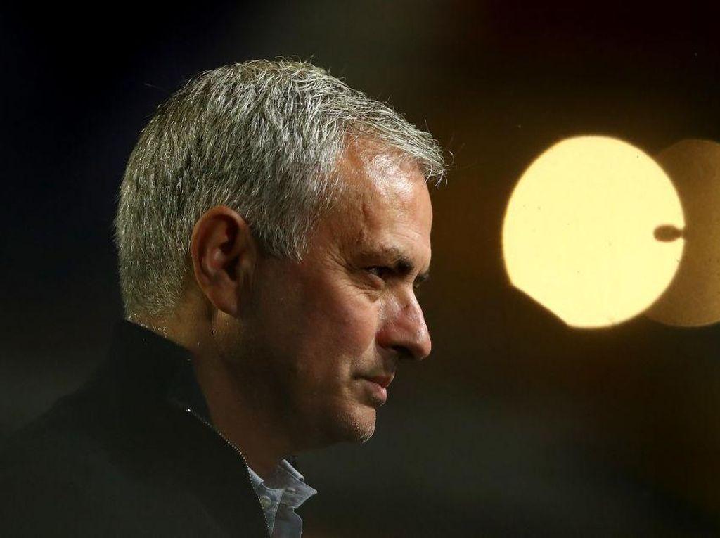 Bos Van Gaal Menginspirasi Posting Kocak Mourinho yang Satu Ini