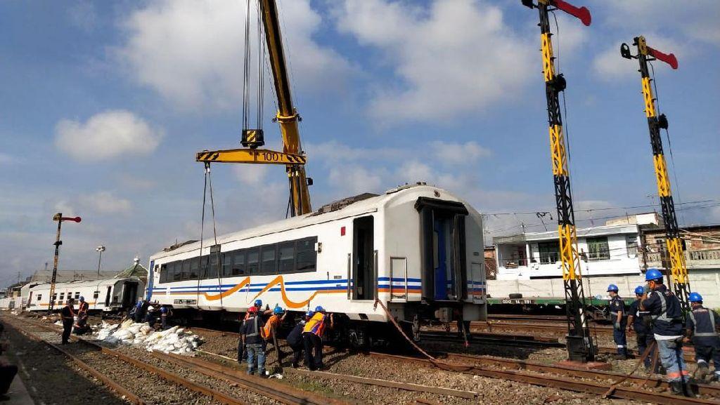 Melihat Evakuasi Gerbong Kereta di Malang yang Anjlok Usai Berjalan Sendiri