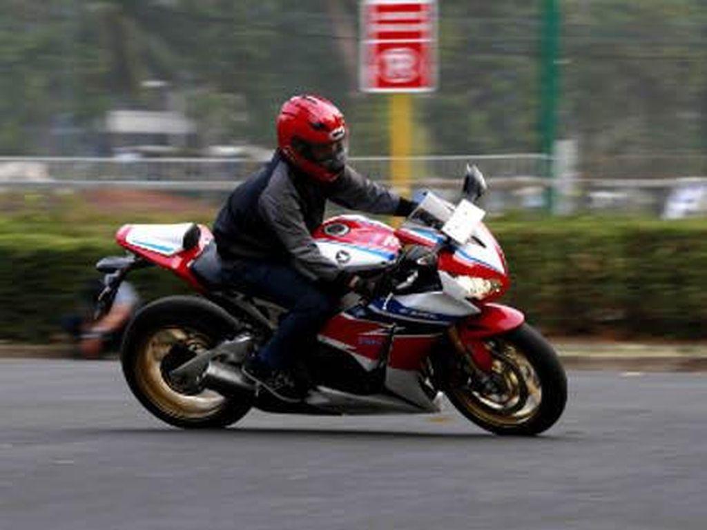 Rasanya Menggeber Honda CBR1000RR SP: Dilirik Orang, Gigi Satu Nafas Panjang