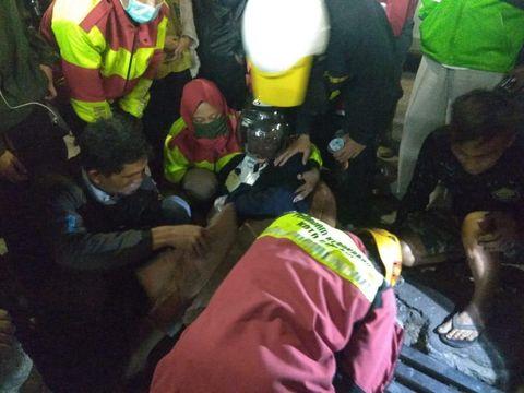 Petugas damkar berusaha mengeluarkan kaki ibu di Ciimahi yang terperosok drainase