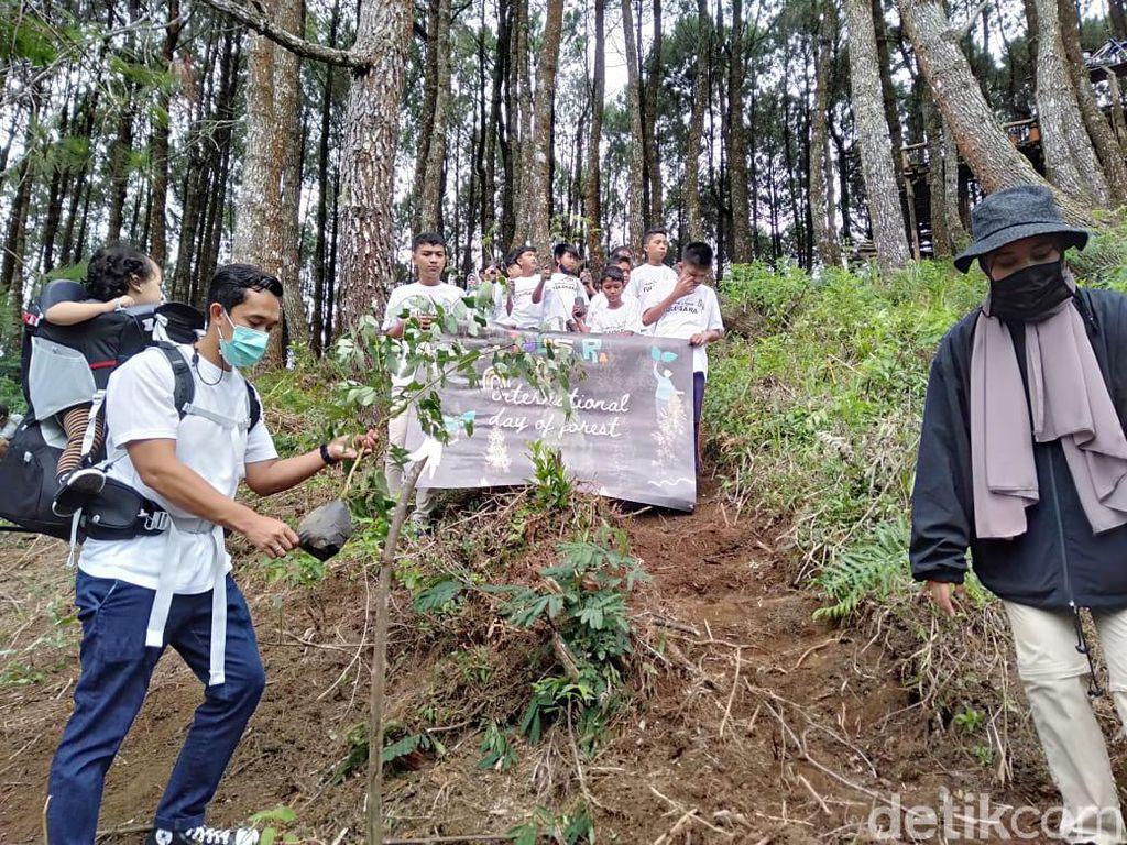 Komitmen Lestarikan Alam, Produsen Mainan Kayu Ini Tanam Pohon di KBB