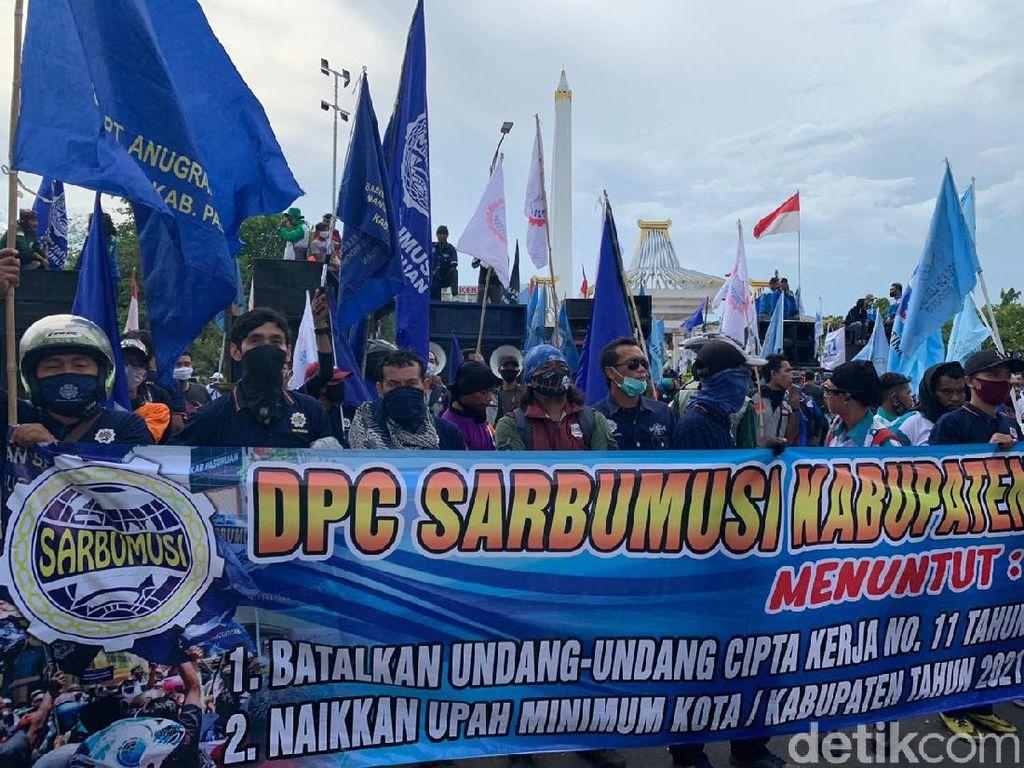 Ribuan Buruh Kembali Tolak Omnibus Law dan UMK di Kantor Gubernur Jatim