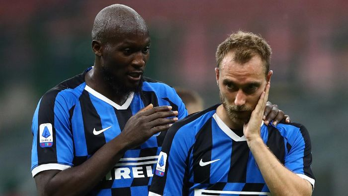 MILAN, ITALY - JULY 22:  Romelu Lukaku of FC Internazionale speaks to Christian Eriksen during the Serie A match between FC Internazionale and ACF Fiorentina at Stadio Giuseppe Meazza on July 22, 2020 in Milan, Italy.  (Photo by Marco Luzzani/Getty Images)