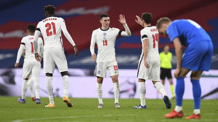 Englands Phil Foden, center, celebrates after scoring his teams fourth goal during the UEFA Nations League soccer match between England and Iceland at Wembley stadium in London, Wednesday, Nov. 18, 2020. England won the match 4-0. (Neil Hall/Pool via AP)